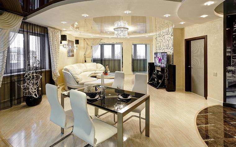 Натяжные потолки в гостинную
